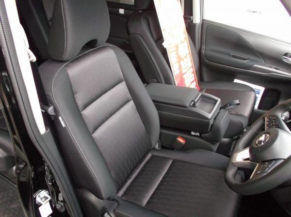 新型セレナの運転席