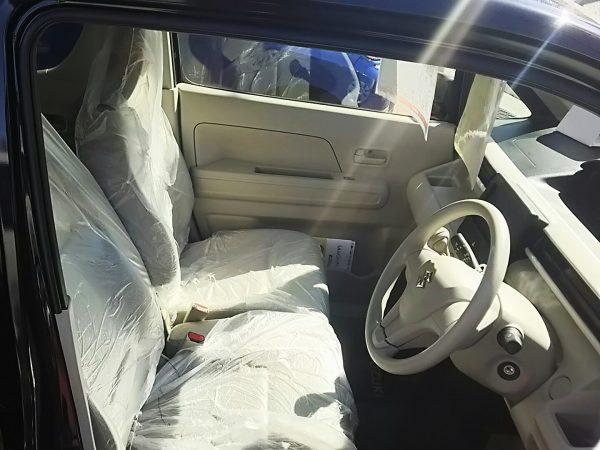 ワゴンRの運転席