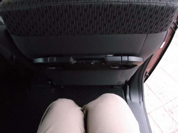 ソリオハイブリッドの後部座席に座った時の足元スペース