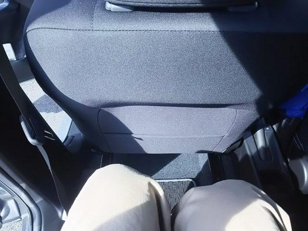 新型スイフトRStの後部座席に座った時の足元スペース