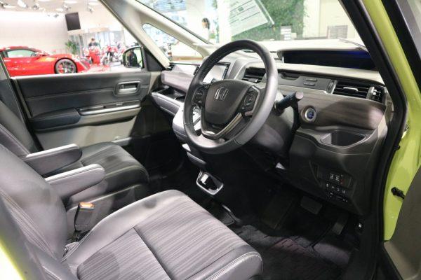 フリード+の運転席画像
