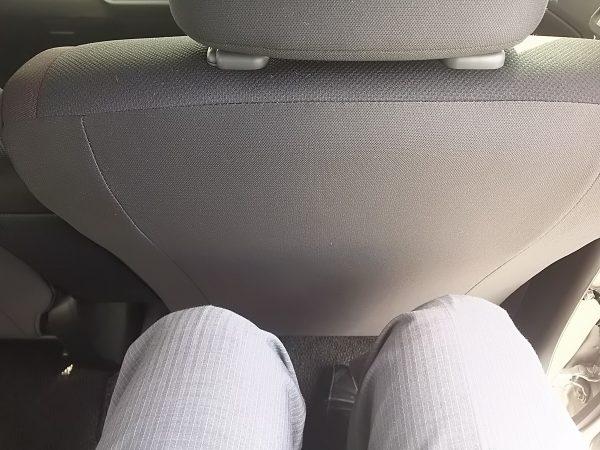 ワゴンRスティングレーの後部座席に座った時のひざ周り