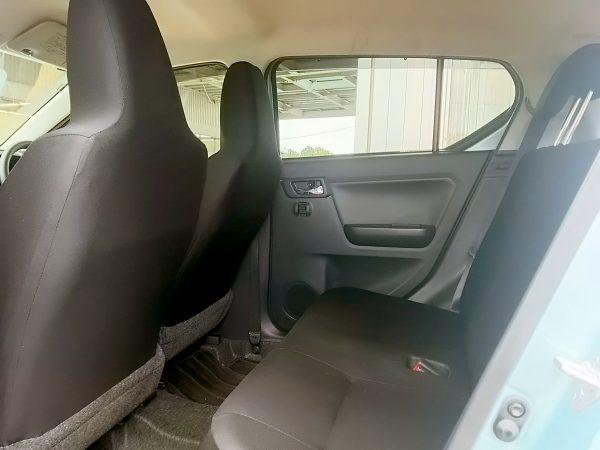 新型ミライースの後部座席