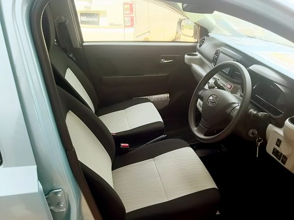 新型ミライースの運転席