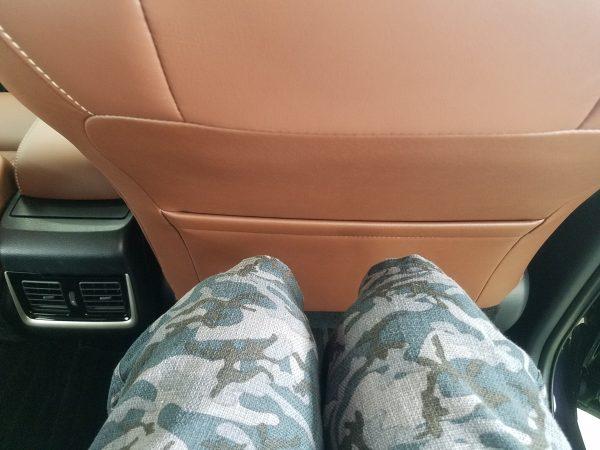 ハリアー・プレミアムの後部座席に座った時の足元画像