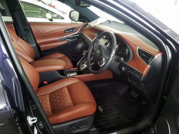ハリアー・プレミアムの運転席画像