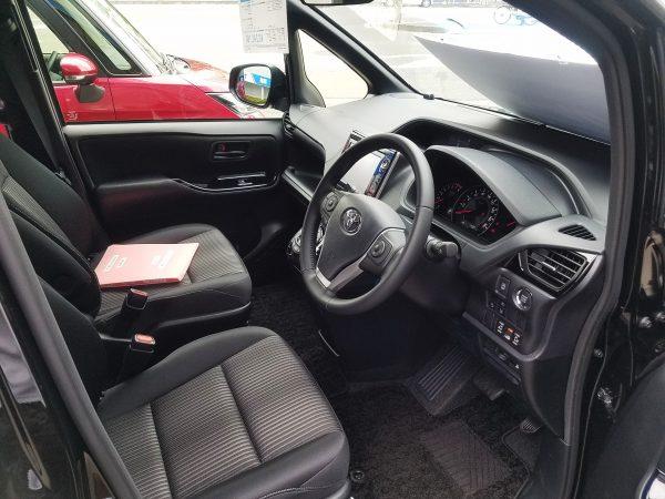 新型ヴォクシーの運転席画像