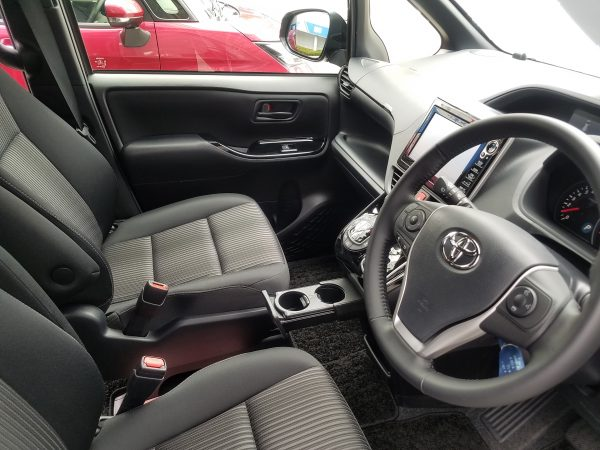 新型ヴォクシーZSの運転席