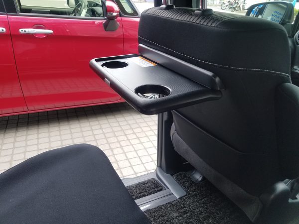 新型ヴォクシーZSの助手席うしろのテーブル