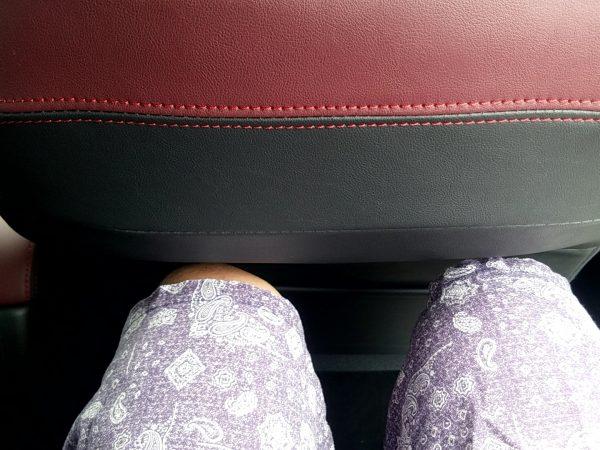 レヴォーグSTIスポーツの後部座席に座ったときのあしまわり
