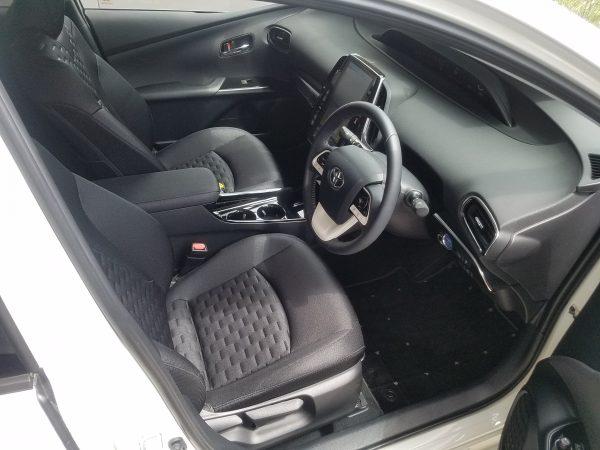 プリウスPHVの運転席画像