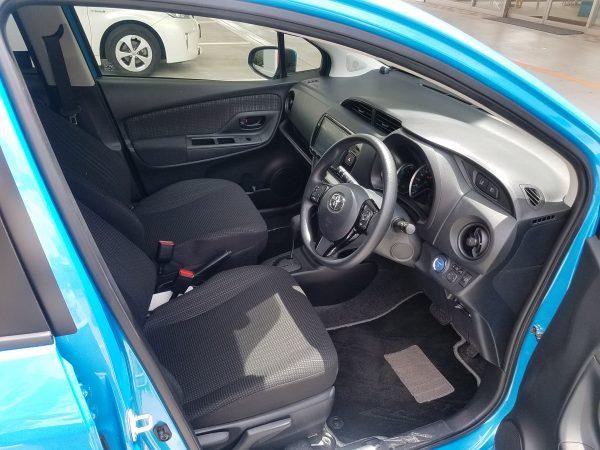 ヴィッツハイブリッドの運転席画像