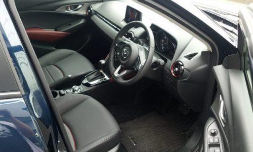 マツダCX-3の運転席画像