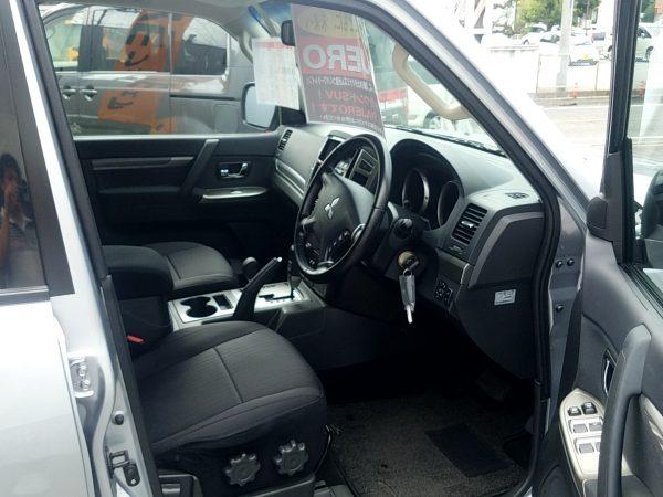 パジェロ・ロングの運転席画像