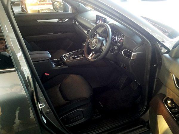 CX-8の運転席