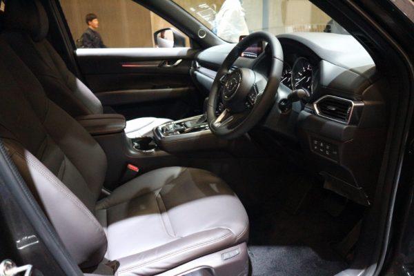 CX-8の運転席画像