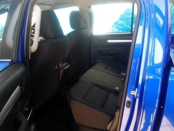 トヨタ「ハイラックス」の後部座席