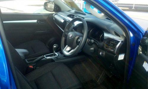 トヨタ「ハイラックス」の運転席画像