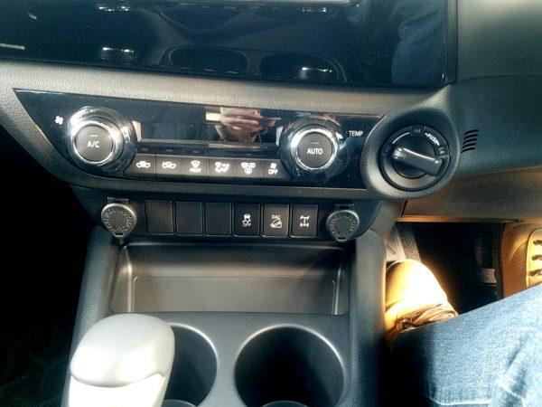 トヨタ「ハイラックス」のエアコン操作パネル