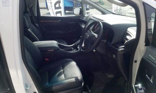 アルファードの運転席画像