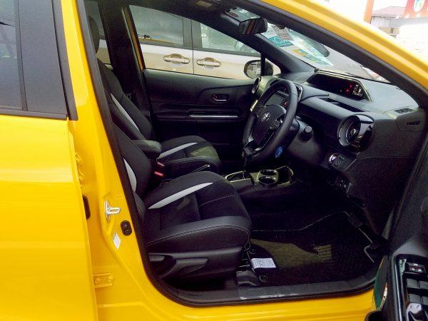 アクアGRスポーツの運転席画像
