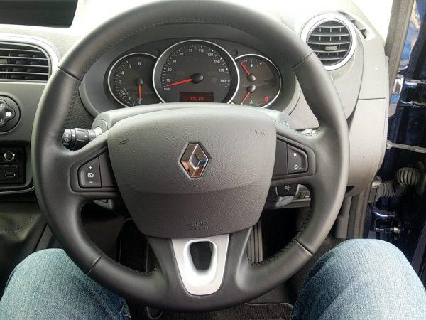 ルノー・カングーゼンの運転席画像
