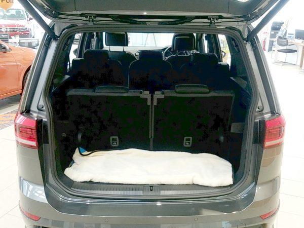 「ゴルフトゥーラン」TSI Rラインの荷室トランク