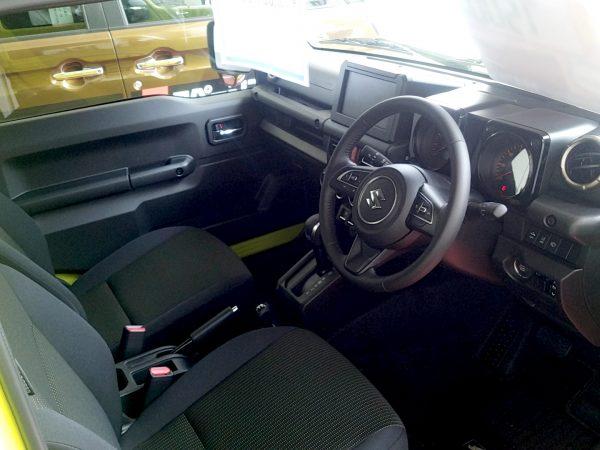 新型ジムニーの運転席画像