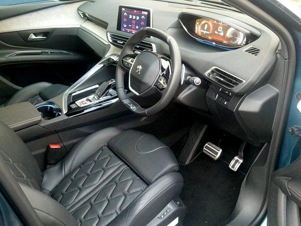 5008「GTブルーHDi」の運転席画像