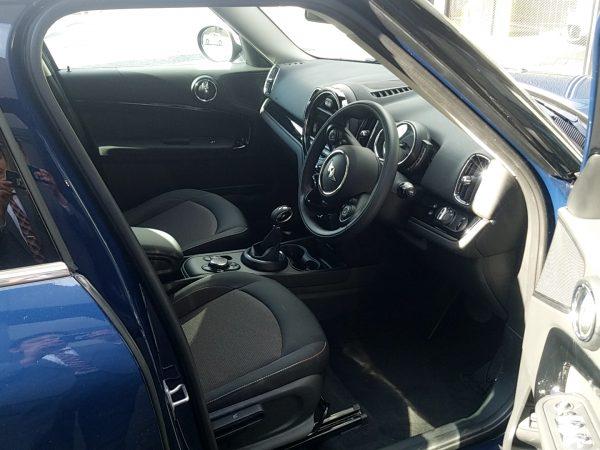 MINIクロスオーバー・クーパーDの運転席画像