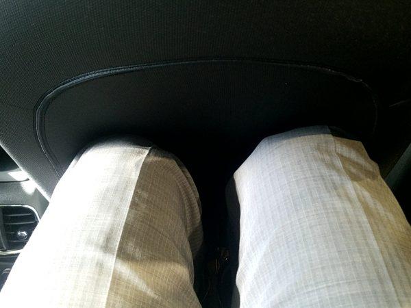 MINIクロスオーバー・クーパーDの後部座席に座った時の膝まわり画像