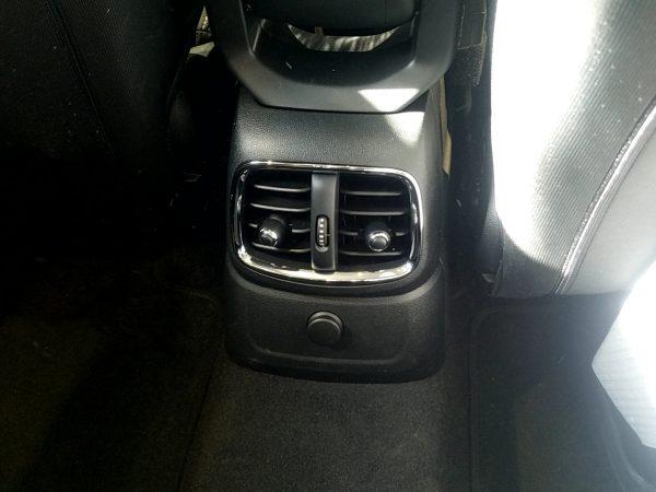 MINIクロスオーバー・クーパーDの後部座席用エアコンダクト